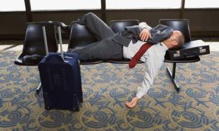 Un pasajero se echa una siesta en un aeropuerto