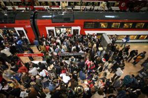 Una atestada imagen del metro de Tokio