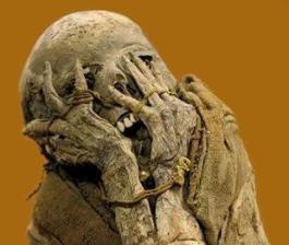 Una momia con una pose que da para pensar