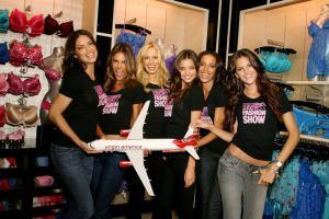 Un grupo de azafatas de la compañía Virgin América