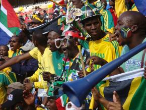 Un grupo de hinchas con vuvuzelas en Sudáfrica