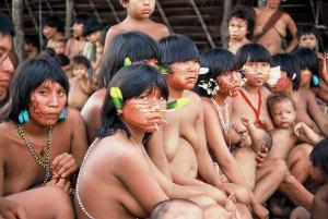 Un nutrido grupo de indígenas americanos yanomamis