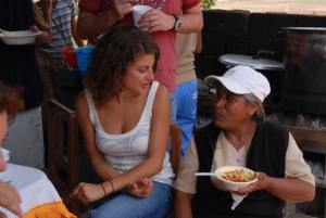 Una joven viajera comparte almuerzo con una indígena