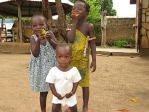 Unos niños disfrutan comiendo mango