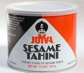 Una lata de salsa tahini con su logo de corte egipcio