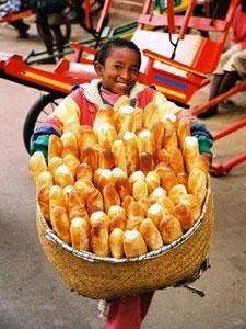 Un niño porta un cesto de pan 'tapalapa'