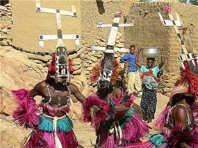 Un colorido grupo de bailarines dogones