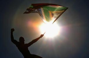 Un ciudadano porta una bandera sudafricana