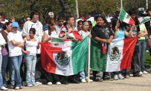 Unos mexicanos muestran orgullosos su bandera