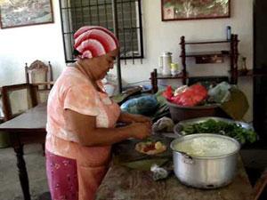 Una señora se muestra diestra haciendo nacatamales