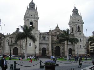 La fachada de la catedral de Lima muestra su hermosura