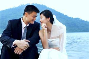 El baloncestista chino Yao Ming, en su boda con Ye Li