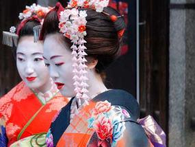 Un par de geishas ataviadas con sus trajes típicos
