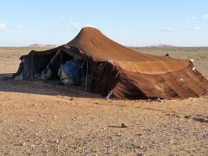 Una jaima sirve de alojamiento a los beduinos nómadas