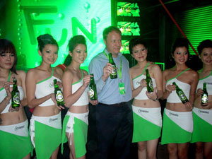 Un grupo de chicas promociona una cerveza danesa