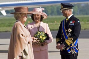 La reina Beatriz de Holanda, al bajar de un avión
