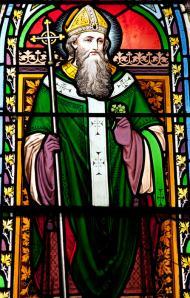 Una vidriera con la imagen de San Patricio