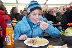 Un niño se recrea con un plato de fårikål