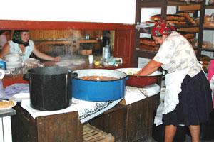 Unas rumanas cocinando con mucho esmero