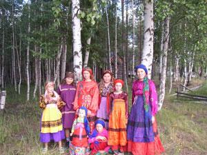 Un grupo de komis con sus trajes típicos