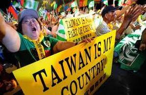 Un grupo de manifestantes, a voz en grito por Taipei