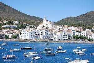 Clásica foto de postal del puerto de Cadaqués