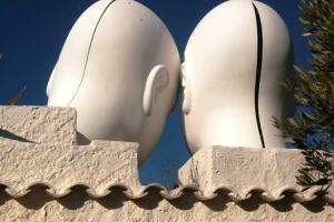 Dos cabezas decoran la casa de Dalí en Port-Lligat