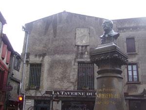 Una estatua inmortaliza a Cros-Mayrevielle