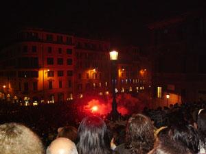 La multitud llena la Piazza de Spagna