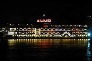 El Pacha 1901 ilumina el Nilo en la oscura noche
