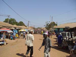 Una calle polvorienta de Basse Santa Su