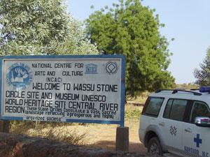 La entrada al sitio de los círculos de piedra de Wussa