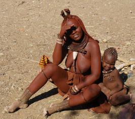 Una madre de la tribu himba con su descendencia