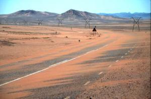 La pista que lleva a Lüderitz no ofrece mucha sombra