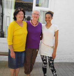 La artista local Susan Mitchinson, con su hija