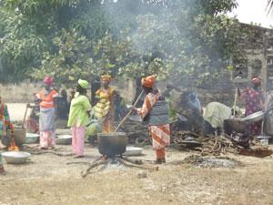 Un grupo de mujeres cocinan en Cachouane