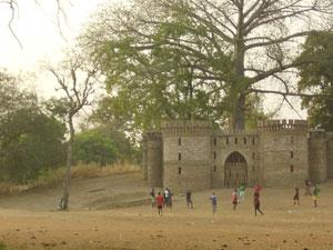 Unos niños juegan junto al castillo de Selémata