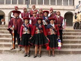 Un grupo de incas posa orgulloso de su raza y tradiciones