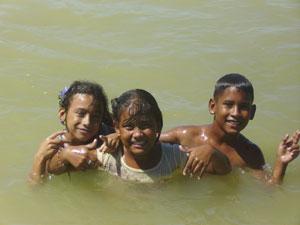 Unos niños se bañan en el embarcadero de la Isleta