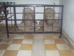 Dos bustos arrumbados en una polvorienta sala