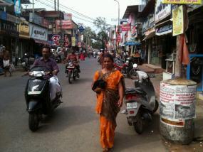 Una calle comercial en el corazón del poblado