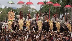 Los elefantes desfilan los días de culto grande en el templo