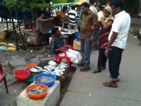 Un grupo de curiosos negocia la compra de pescado fresco