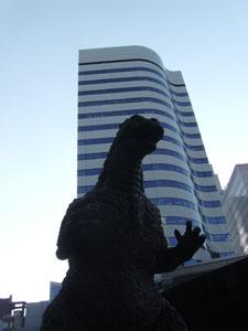 La estatua de Gozilla en el barrio de Ginza