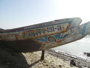 Una colorida embarcación sobre el mítico río Gambia