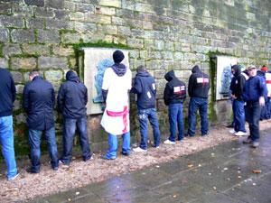 Unos ingleses orinan sobre una pared