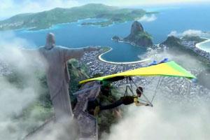 Un ciudadano ejecuta un vuelo en ala delta sobre Río