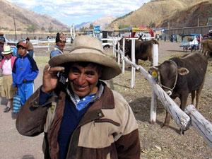Un campesino habla con su móvil