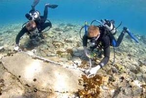 Dos arqueólogos submarinos inspeccionan Pavlopetri