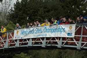 Unos participantes contemplan sus ramas desde el puente